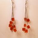 Piros kockás fülbevaló, Ékszer, óra, Fülbevaló, 4x4 mm-es piros színű kocka gyöngyökből készült ez a filigrán fülbevaló. Hossza kb 7 cm., Meska