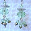 Zöld-ezüst fülbevaló, Ékszer, óra, Fülbevaló, Zöld és ezüst színekkel, áttetsző, irizáló üveggyöngyökből és Swarowski gyöngyökből ..., Meska