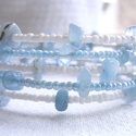 Memória karkötő akvamarinnal, Ékszer, Karkötő, Ékszerkészítés, Akvamarin ásvány splittert kombináltam kék és fehér kásagyöngyökkel ehhez az 5 soros memória  karkö..., Meska