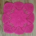 23 cm-es horgolt terítő négyzet alakú pink színű, Dekoráció, Képzőművészet, Dísz, Textil, Pink színű fonalból horgoltam ezt a különleges  23 cm-es négyzet alakú terítőt., Meska