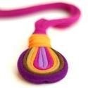 LOOG - medálos textilnyaklánc, lila/narancs/barna, Ékszer, óra, Nyaklánc, Azoknak, akik nem szeretik a formájuknál fogva hangsúlyos darabokat, de a színek elvarázsolják őket...., Meska