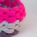 MAQURAM - textil karkötő, szürke/pink hangulatban, Textilkarkötő rusztikus vonalakkal. Bebújós, r...