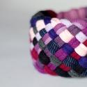 TRIBEQUA - textil karkötő, lila/bordó/sötétkék, Ékszer, óra, Karkötő, Textilkarkötő élénk színekben, lágy vonalakkal.  Hosssza kb 17-18 cm, de ha rendeléskor megadod a cs..., Meska