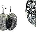 Kör alakú, pillepalack-fülbevaló, grafit, Ékszer, óra, Fülbevaló, Kb 5 cm átmérőjű (plusz nikkelmentes szerelék), kör alakú, pillesúlyú, PETpalack fülbevaló pontozott..., Meska