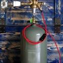Steampunk lámpa piros textilkábellel, antik szénszálas izzóval, Ékszer, Otthon, lakberendezés, Lámpa, Asztali lámpa, Újrahasznosított alapanyagból készült termékek, Fémmegmunkálás, Gázpalack (üres) és nyomáscsökkentő felhasználásával készült found-object-lámpa piros textilkébelle..., Meska