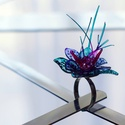 Plabodot RINGRING gyűrű - kócos vízzöld/lila, Kb 3-4 cm átmérőjű, virág alakú, kócos, pil...