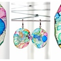 Plabodot Dandelion fülbevaló - tarka kék pöttyel, Ékszer, Fülbevaló, PET palackból kézzel készített és festett PLABODOT Dandelion fülbevaló nikkelmentes szerelékkel. Átm..., Meska