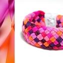 TRIBEQUA - textil karkötő, narancs/piros/pink, Ékszer, Karkötő, Textilkarkötő puha, fonott kivitelben.  Hossza kb 16-18cm. Szélessége kb 2,5 cm.  Kérhető más színko..., Meska