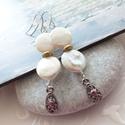 Érmék... tenyésztett gyöngy fülbevaló, Ékszer, Esküvő, Fülbevaló, 13 mm átmérőjű fehér tenyésztett gyöngy korongokból készült fülbevaló pici arany színű köztessel, és..., Meska