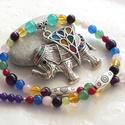Nepál... színes achát nyaklánc elefánt medállal, Ékszer, Nyaklánc, Nagy, színes, kristályokkal díszített, tűzzománc elefánt medálhoz fűztem vidám hangulatú nyakláncot,..., Meska