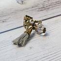 Victoria - vintage bojtos gyűrű, Ékszer, óra, Gyűrű, Állítható méretű gyűrű gyönyörű vintage gyűrűalapon, szürke bojttal és kristálygönggyel.  Mérete: ál..., Meska