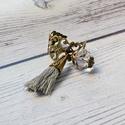 Boho - vintage bojtos gyűrű, Ékszer, Gyűrű, Vintage bojtos gyűrű szürke bojttal és halványszürke akrilgyönggyel. A gyűrű egy méretű, állítható a..., Meska