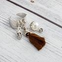Minimal - bojtos gyűrű, Ékszer, Gyűrű, Bojtos gyűrű barna bojttal, fehér teklagyönggyel és koponya medállal. A gyűrű egy méretű, állítható ..., Meska