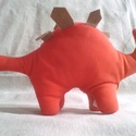 Vörös sztegoszaurusz, Játék, Plüssállat, rongyjáték, Puha, plüsshatású piros játék dinoszaurusz, drapp hátlemezekkel, ragasztott mozgószemekkel. Apró sze..., Meska