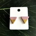 Nyári fesztivál - púder rózsaszín háromszög fülbevaló, Ékszer, Fülbevaló, Ékszerkészítés, Gyurma, Polimer agyagból készült púder rózsaszín színű bedugós fülbevaló arany díszítéssel.  Arany színű fé..., Meska