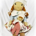 Waldorf jellegű baba - Bella, Bella baba 38cm magas,  sapkát, sálat visel, ala...