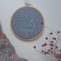 LET'S SNOW - hímzett falikép keretben, Dekoráció, Karácsonyi, adventi apróságok, Ünnepi dekoráció, Karácsonyi dekoráció, Gyapjúfilc alapra hímeztem ezt a téli hangulatú képet...ki ne várná ilyenkor, hogy essen egy kis hó!..., Meska