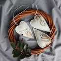 Téli álom - gyapjúfilc szív, Dekoráció, Karácsonyi, adventi apróságok, Ünnepi dekoráció, Gyapjúszálak és minimál hímzés natúr gyapjúfilcen, az egyszerűség jegyében. Méret: 11 cm hosszú és 7..., Meska