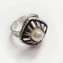 Gomb gyűrű, Ékszer, Gyűrű, Egy rombusz forma gyűrű került a gyűrű alapra, amely állítható. A gomb átmérője 1.5 cm., Meska