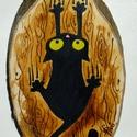 Borzalmacska - fa hűtőmágnes, Konyhafelszerelés, Baba-mama-gyerek, Dekoráció, Hűtőmágnes, Festett tárgyak, Fotó, grafika, rajz, illusztráció, Fekete macska, másnéven Borzalmacska csúszik lefelé a fa törzsén... :)  Sok macskatartó ismeri ezt ..., Meska