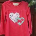 Piros foxis hosszú ujjú gyermekpóló, Ruha, divat, cipő, Gyerekruha, Horgolás, Varrás, Ez a póló egy horgolt kutyussal és textil aplikációval  díszített modell. A póló tiszta pamut alapa..., Meska