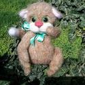 Csínytevő macska, Baba-mama-gyerek, Játék, Dekoráció, Gyereknap, Méret: 27 cm.  50% gyapjúból készült.  A kezek és a lábak mozognak.  Az orrhoz nemezelés tec..., Meska