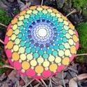 Csakrakő - Festett mandala kő a csakrák színeivel - Ajándék nőknek, Dekoráció, Otthon, lakberendezés, Képzőművészet, Szerelmeseknek, A 7 csakra színeit tartalamzó, kézzel festett mandalakő. Színterápia, meditációs sarok kiegészítője,..., Meska