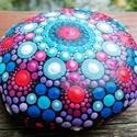 Mandala kő - Bohém vidám dekoráció, Otthon & lakás, Esküvő, Dekoráció, Szerelmeseknek, Ünnepi dekoráció, Pontozó technikával, kézzel festett, kézzel formált cementkő. A mandala kő. 6 cm átmérőjű.  Egyedi a..., Meska