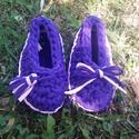 Horgolt cipő, mamusz, otthoni vagy benti cipő, gyermek lábbeli , Baba-mama-gyerek, Ruha, divat, cipő, Baba-mama kellék, Gyerekszoba, Lila-rózsaszín házi cipőcske elején bojt díszítéssel. Kérhető masnival is. 28-30 méretben. Bth nyuga..., Meska