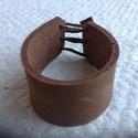 Bőr karkötő, Ékszer, óra, Karkötő, Bőrművesség, Marhabőrből (natúr) készült karkötő. Állítható bőrszállal. 3,2 cm széles, 21-24 cm között állítható..., Meska