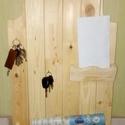Fali kulcstartó, újságtartóval, Bútor, Dekoráció, Otthon, lakberendezés, Polc, Famegmunkálás, Falra szerelhető, fából (fenyő) készült kulcstartó, újság és levéltartóval.  Méretei: 39x63 cm. Sze..., Meska