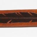 Toll mintás bőr karkötő, Ékszer, Karkötő, Marhabőrből készült véséssel, beütött mintával és festéssel díszített, patentos karköt..., Meska