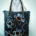 ,,Virágok''  nagy farmertáska inpregnáltbőr fülekkel, Táska, Nagy táskát készítettem farmerekből. Korábbi farmernadrágok darabjaiból készített virágok alkotják e..., Meska