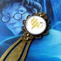 Harry Potter könyvjelző, Otthon & lakás, Naptár, képeslap, album, Könyvjelző, Antikolt bronz alapba H.P. monogrammot ábrázoló üveglencse került.  A kerek lencse átmérője 20 mm. M..., Meska