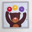 Molyolókönyv totyogóknak- Medve móka, Gyerek & játék, Játék, Készségfejlesztő játék, Textilkönyv 1-3 éveseknek:  Mackó koma labdázik! Játsz vele, gombold kedved szerint a filc- labdákat..., Meska