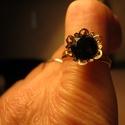 Swarovszky kőves gyűrű, Ékszer, Gyűrű, Ékszerkészítés, Fekete szwarovszki kővel díszítettem, ezt a virág alakú gyűrű alapot,amely arany színű.Állítható. F..., Meska