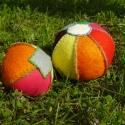 Szívárvány labdák, Baba-mama-gyerek, Játék, Készségfejlesztő játék, Varrás, A labdákat filc darabokból kézzel varrtam, vattával töltöttem. A nagyobbik 7 szeletből áll, 9 cm ma..., Meska