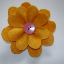 Virág kitűző - Sárga, Ékszer, Bross, kitűző, Filc anyagból készült virág alakú kitűző, hátulján kitűző alappal. A virág közepe gomb...., Meska
