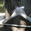 Vállfa esküvőre, Esküvő, Esküvői dekoráció, Rendelhető vállfa bármilyen színben, felirattal, csipkével, a vőlegény zakója színével meg..., Meska