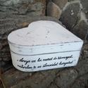 Szív alakú fadoboz szülőköszöntő anyukáknak, Esküvő, Otthon & lakás, Meghívó, ültetőkártya, köszönőajándék, Anyák napja, Ünnepi dekoráció, Dekoráció, Rendelhető szív alakú fa doboz 16*16*7 cm méretben. Fehér alapon szürke koptatott. A szöveg lehet eg..., Meska