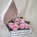 Szív alakú fadoboz virággal, Esküvő, Otthon & lakás, Meghívó, ültetőkártya, köszönőajándék, Anyák napja, Ünnepi dekoráció, Dekoráció, Rendelhető szív alakú fa doboz 16*16*7 cm méretben. Fehér alapon szürke koptatott. A doboz teteje me..., Meska