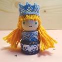 Aranyhajú hercegnő, Baba-mama-gyerek, Játék, Fajáték, Játékfigura, Famegmunkálás, Baba-és bábkészítés, Mérete: 4,5 cm x 2 cm. A kiskirálylányok fából, csipkéből és pamutfonalból készülnek. Mindenki ráta..., Meska