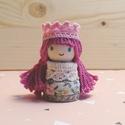 Lila hercegnő, Baba-mama-gyerek, Játék, Játékfigura, Fajáték, Baba-és bábkészítés, Famegmunkálás, Mérete: 4,5 cm x 2 cm. A kiskirálylányok fából, csipkéből és pamutfonalból készülnek. Mindenki ráta..., Meska