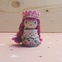 Viola hercegnő (két fonott copf), Baba-mama-gyerek, Játék, Fajáték, Játékfigura, Baba-és bábkészítés, Famegmunkálás, Mérete: 4,5 cm x 2 cm. A kiskirálylányok fából, csipkéből és pamutfonalból készülnek. Mindenki ráta..., Meska
