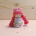 Rózsa hercegnő, Baba-mama-gyerek, Játék, Fajáték, Játékfigura, Baba-és bábkészítés, Famegmunkálás, Mérete: 4,5 cm x 2 cm. A kiskirálylányok fából, csipkéből és pamutfonalból készülnek. Mindenki ráta..., Meska