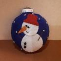 Hóemberes gömb karácsonyfadísz, Dekoráció, Karácsonyi, adventi apróságok, Ünnepi dekoráció, Karácsonyfadísz, Varrás, Filc anyagból, kézzel vart karácsonyfadísz. Méretét tekintve 9cm magas és 8cm széles. . Az akasztó ..., Meska