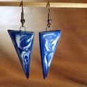 Kék-fehér márványmintás fülbevaló, Háromszög alakú, kék alapon fehér márványmi...