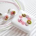 Vintage virágkoszorú medál és fülbevaló üvegékszer szett, Ékszer, óra, Nyaklánc, Medál, Ékszerszett, Ékszerkészítés, Üvegművészet, Hófehér alapra, koszorú formába olvasztottam az apró, rózsaszín, mohás és lilás árnyalatú millefior..., Meska