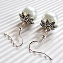 Jégvarázs fehér üveg-gyöngy fülbevaló, Ékszer, Esküvő, Fülbevaló, Méretes, selymes fényben csillogó, fehér üveg-tekla gyöngy, ezüst színű virágszirmok ölel..., Meska