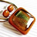 Arany-zöld csillám karamellben üveg medál és fülbevaló, üvegékszer szett, Ékszer, óra, Medál, Nyaklánc, Ékszerszett, Ékszerkészítés, Üvegművészet, Karamell barna alapot aranyos zöld csillámokkal ragyogó ékszerüveggel díszítettem. Hozzá kocka form..., Meska